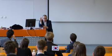 """""""Býval jsem novinářem, dnes se tomu říká tvůrce obsahu,"""" řekl Šídlo studentům Pražského studentského summitu"""