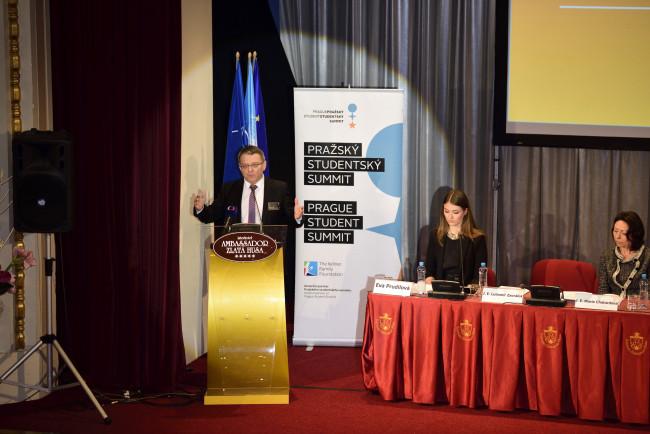 Útok Spojených států na Sýrii připomíná úder pěstí, řekl Zaorálek na zahájení Pražského studentské summitu
