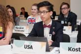 Účastníci studentského summitu vyměnili školní lavice za řečnické pultíky