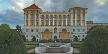 Česko hledá velvyslance, zn. muž po padesátce, vzděláním ekonom