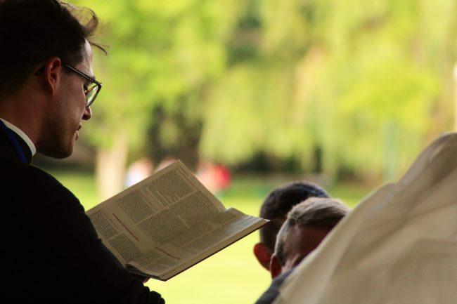 Polská katolická církev čelí skandálům i sekularizaci